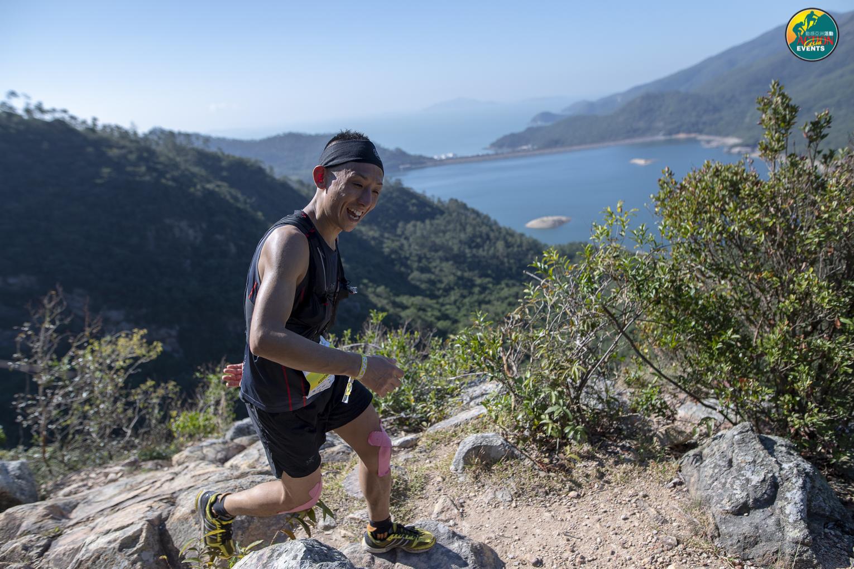 坂田は三重県在住の山岳アスリート。笑顔で駆け登る ©Action Asia Events