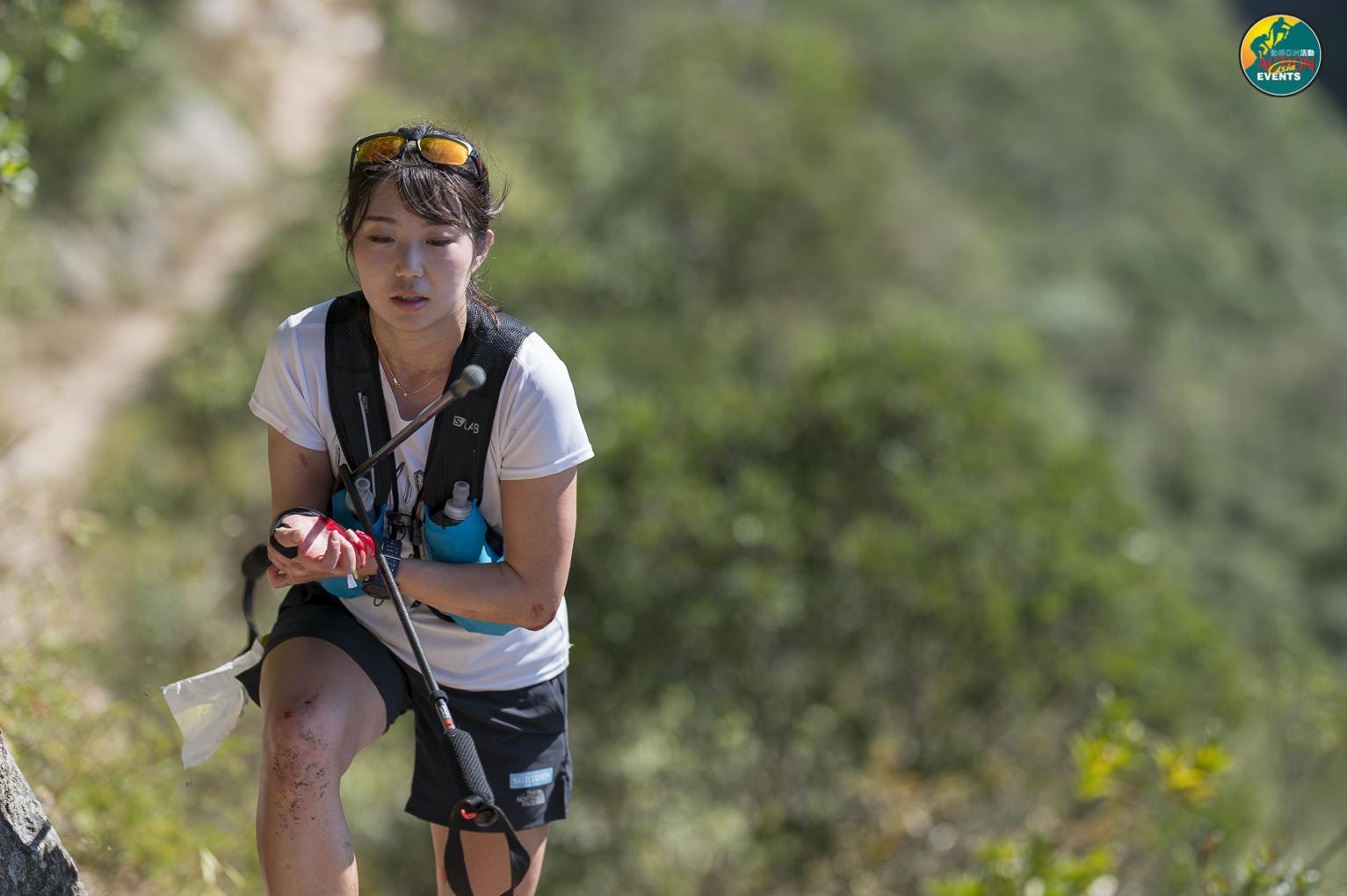 """急峻な""""階段の山""""を登る上田。25歳のニューヒロインだ ©Action Asia Events"""