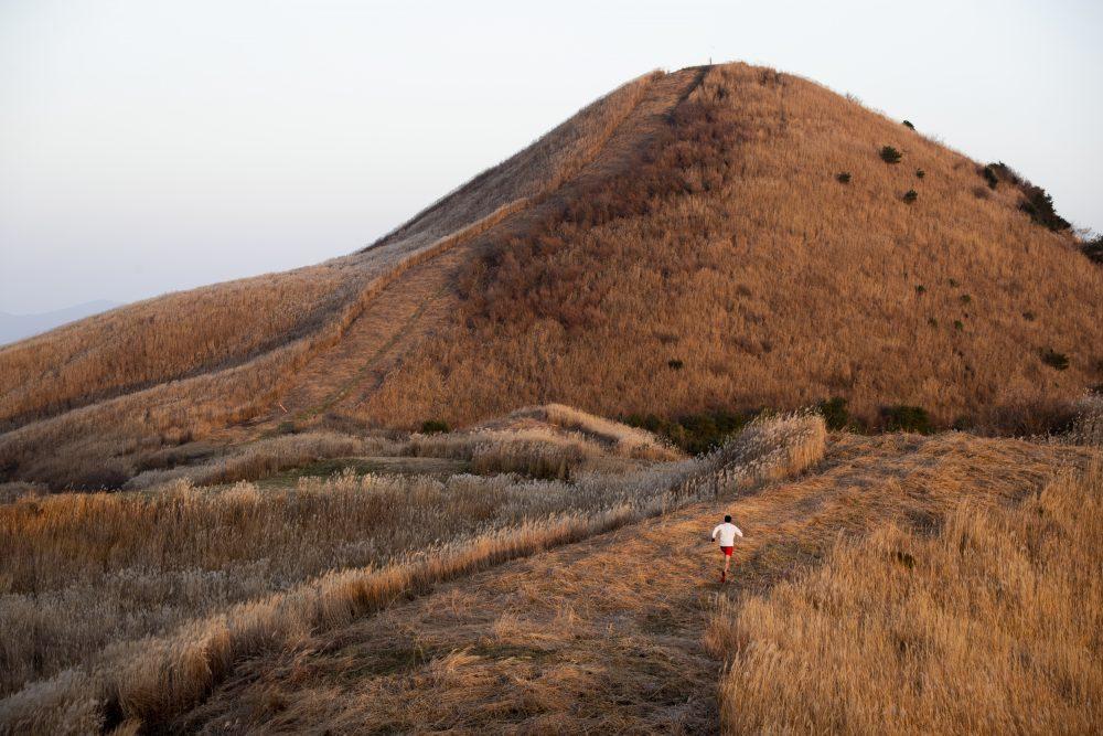 西日本選手権(VK)で駆け登る塩塚峰 ©Sho Fujimaki