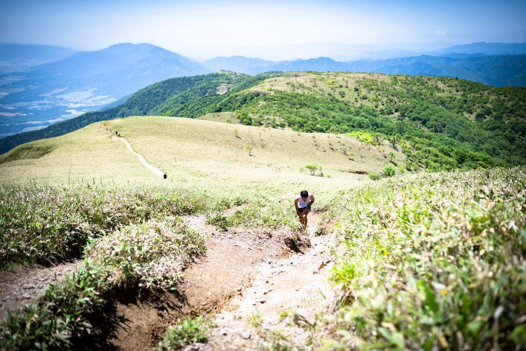 核心部の蓬莱山の稜線はまさに空と地球が出会う場所。