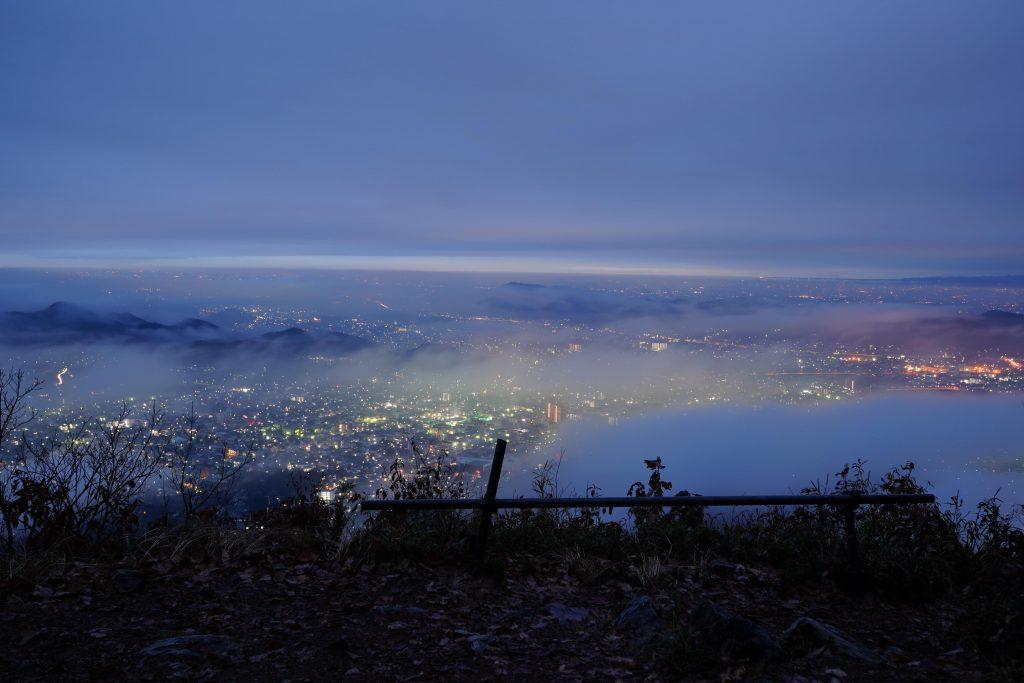 日の出前の吾妻山山頂から桐生市内を眺める