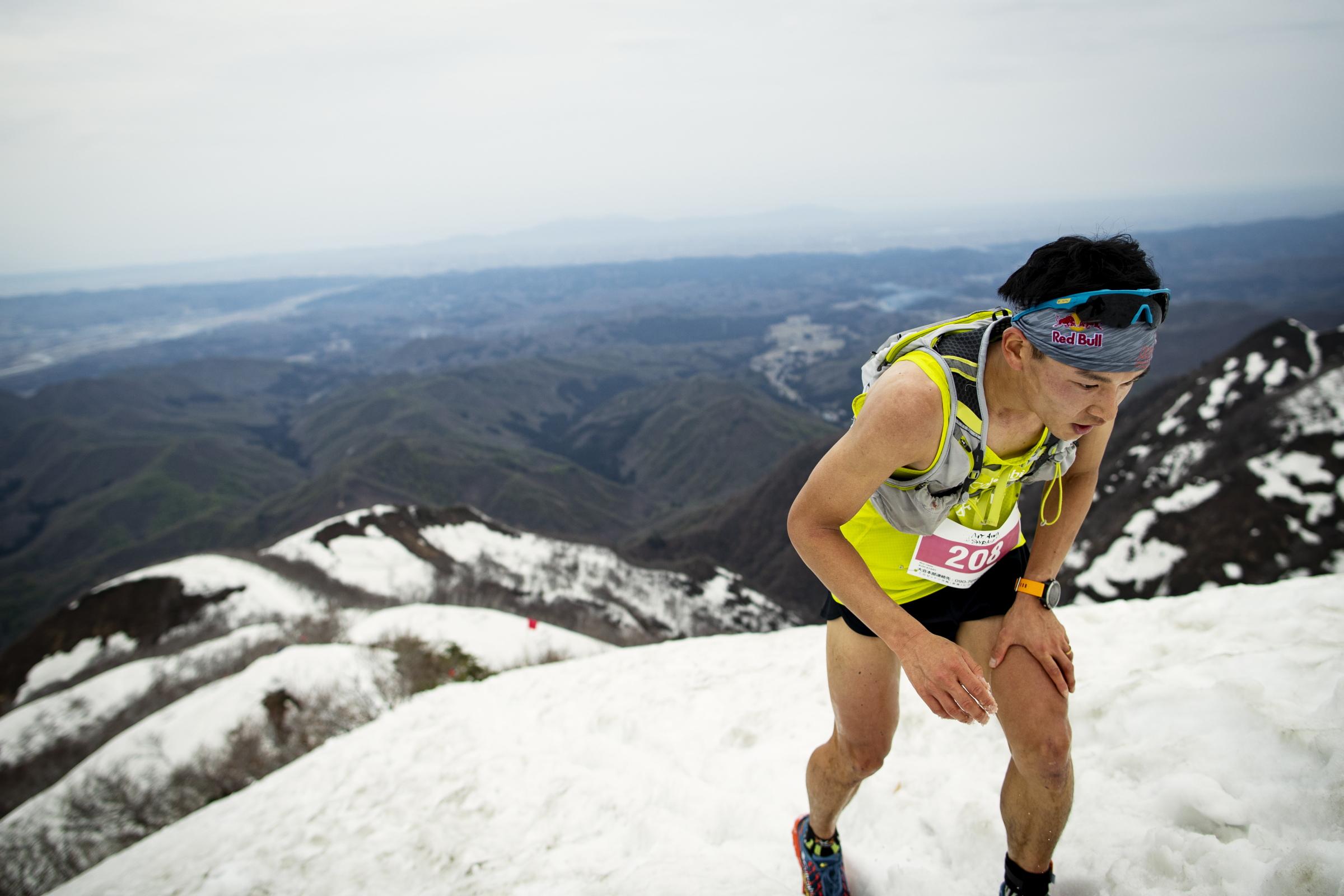 後続を2分程リードして雪の斜面を駆け登る上田 ©Sho Fujimaki