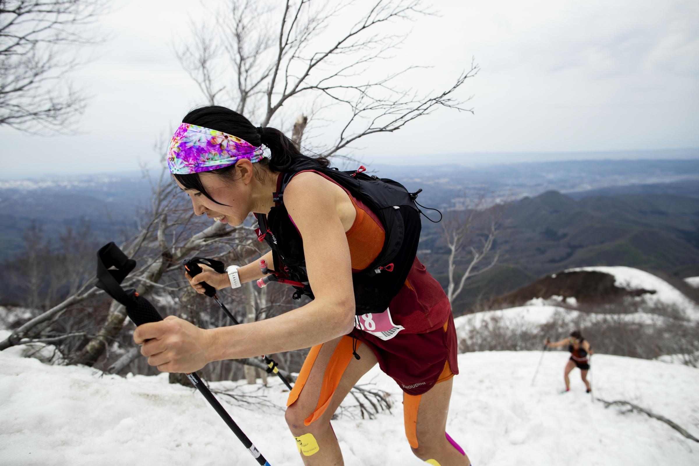 雪の斜面を駆け登る高村。女子のトップ争いは大接戦となった ©Sho Fujimaki