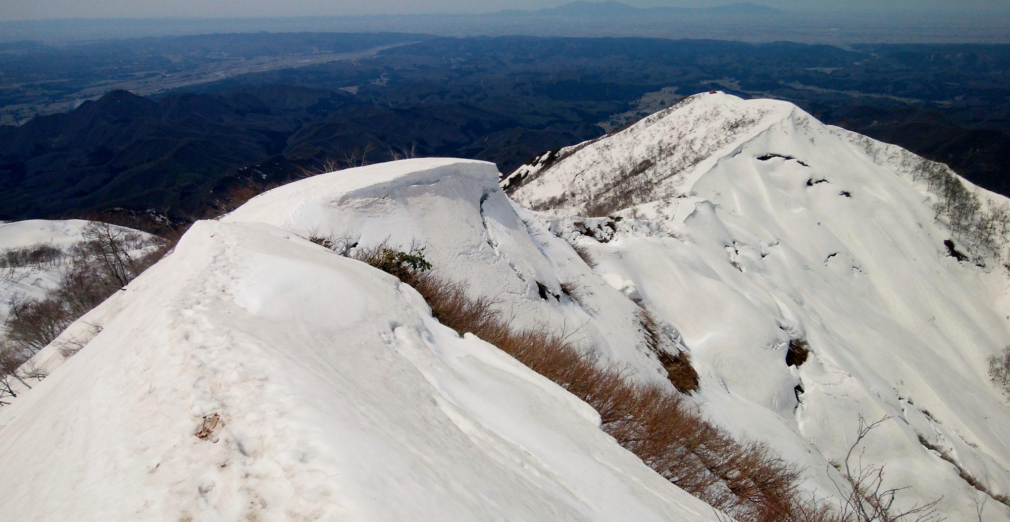 この写真を見て何が危険が分からない人は、残雪の山に入らないのが賢明だ
