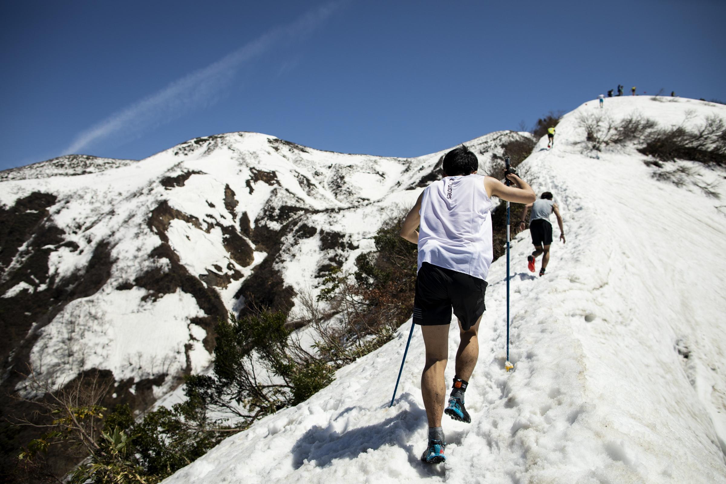 雪の尾根を駆け登る ©Sho Fujimaki