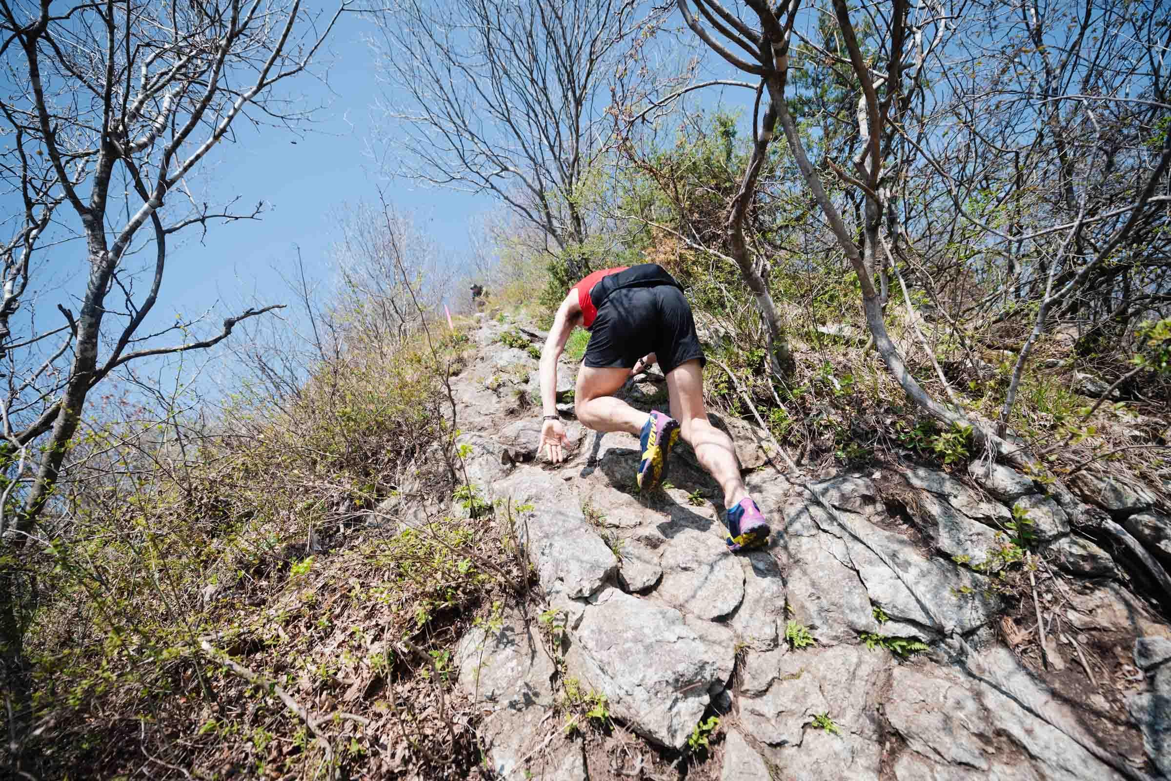 急崖を駆け登る近藤 ©UEDA VERTICAL RACE