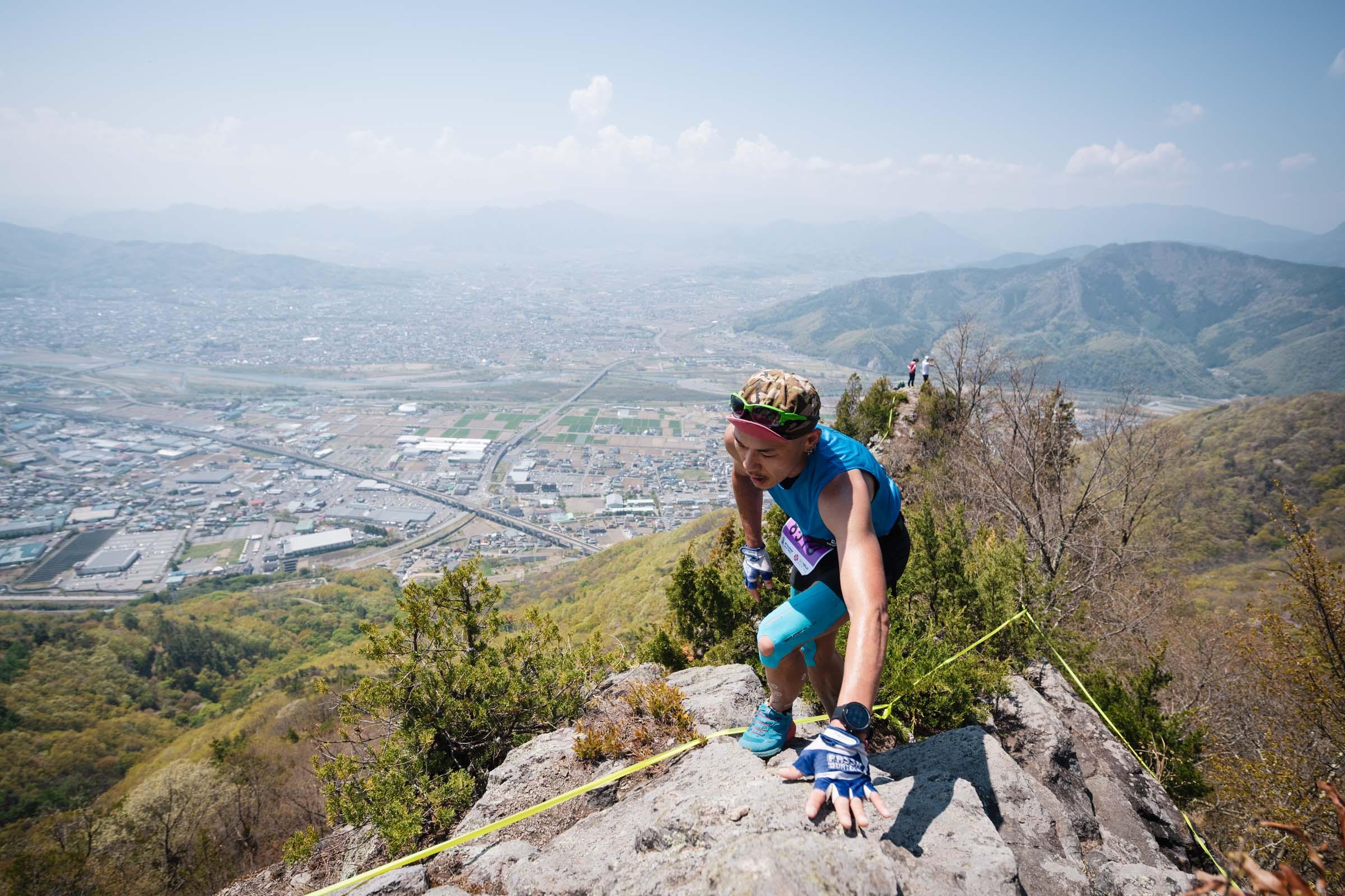 男子3位の松本。核心部である兎峰の突端 ©UEDA VERTICAL RACE