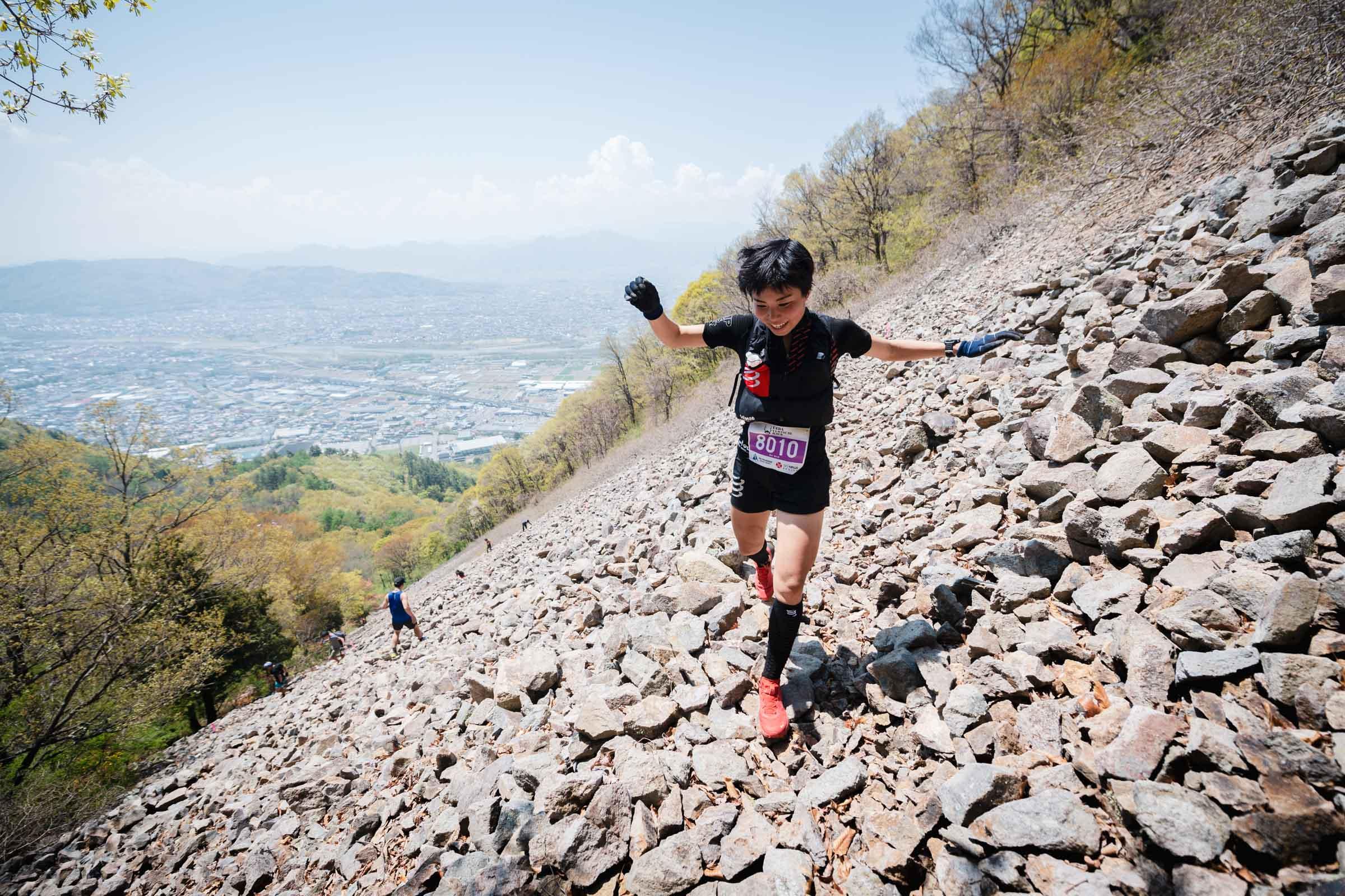 女子2位の秋山。笑顔でゴーロを駆け下る ©UEDA VERTICAL RACE