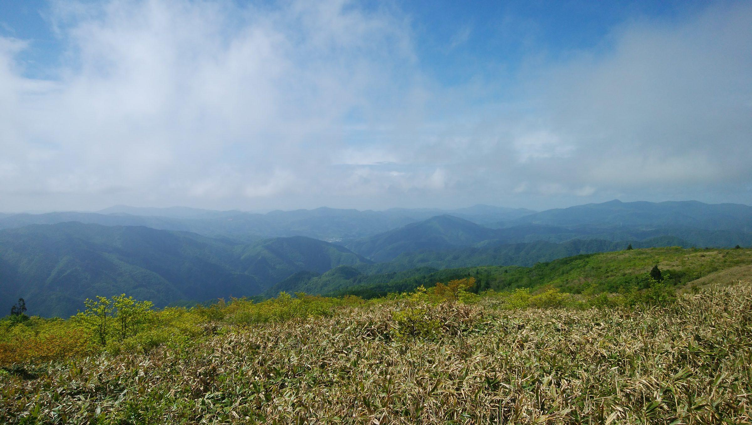 果てしなく緑の山々が連なる中国山地が舞台