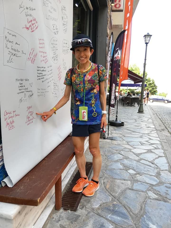 会場に書いた直筆サインを指さす吉住。すっかり世界の有名アスリート ©Yuri Yoshizumi
