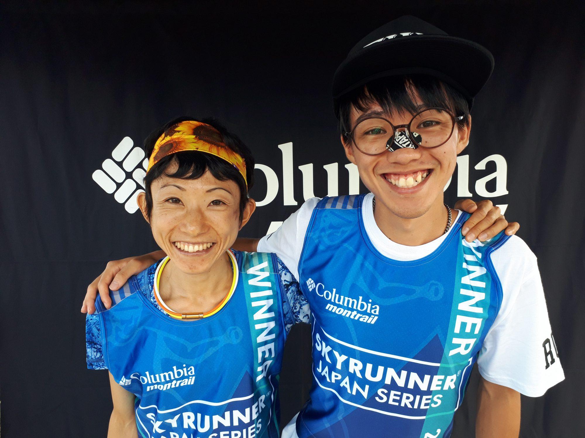 ウィナービブを着た吉住と山田 ©JSA