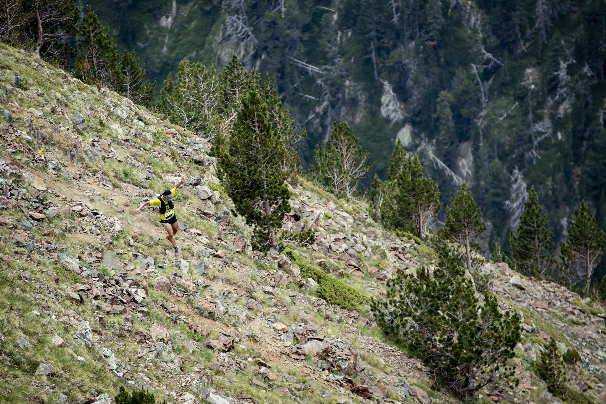 ピレネーらしいサーフェイス(地表)を駆け下る ©コロンビアスポーツウェアジャパン/Sho Fujimaki