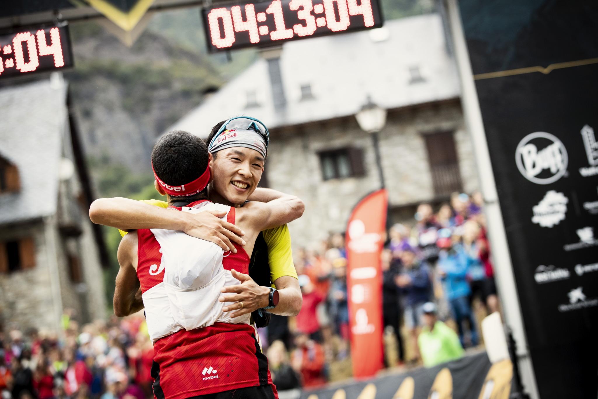 3位のザイード選手と健闘を称えあう ©コロンビアスポーツウェアジャパン/Sho Fujimaki