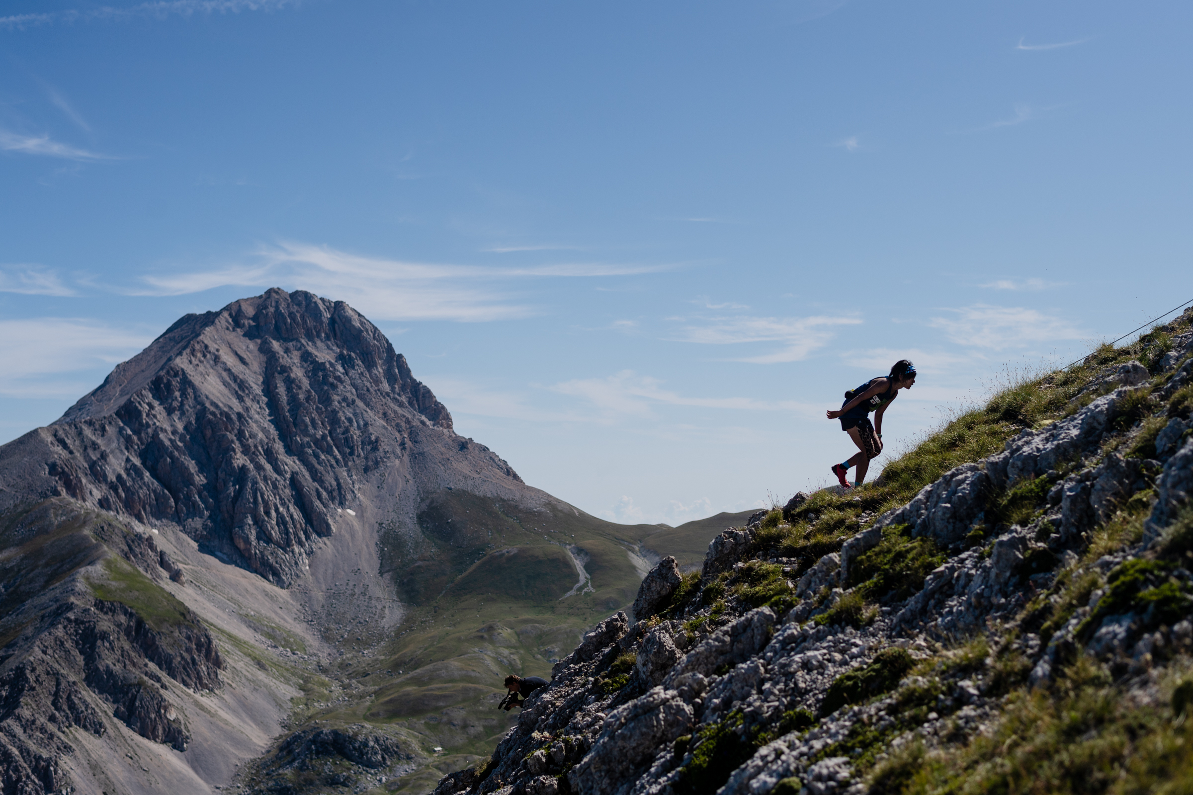 イタリア半島最高峰を背景に駆け登る。選手は安ケ平 ©Nagi Mueofushi