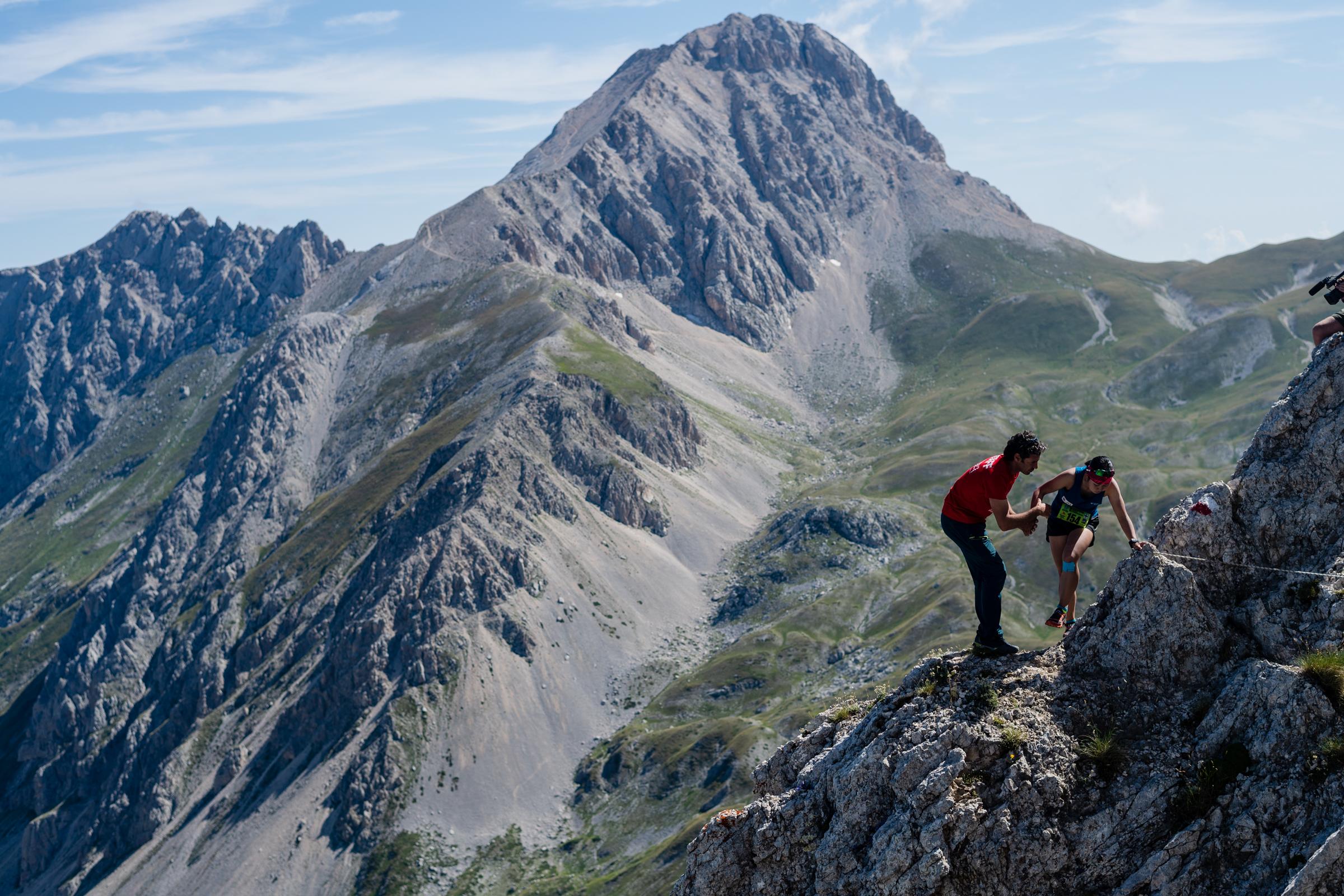 標高2500m級、急峻でテクニカルな山岳が舞台のスカイレース。選手はキャプテンの滝澤 ©Nagi Mueofushi
