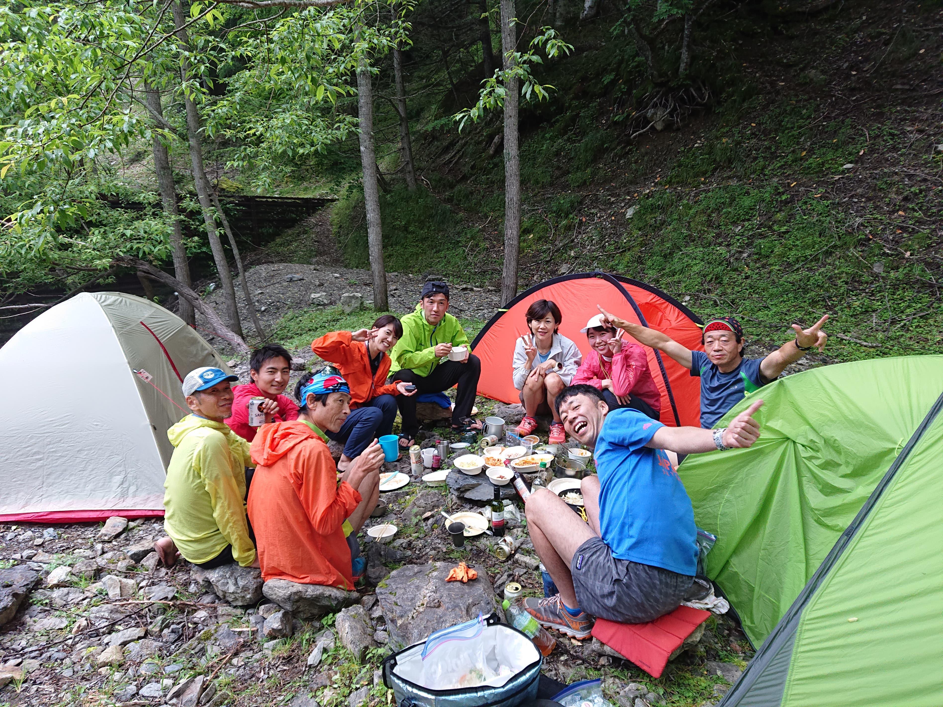 仲間と食べる「山飯」はおいしく楽しい