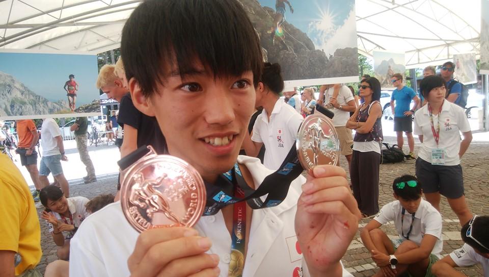VKの銀、複合の銅メダルを手にする山田 ©JSA