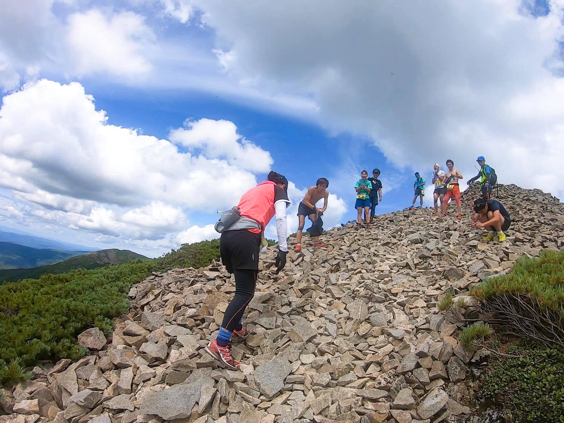 本大会では、「応援登山」が推奨され、山頂も賑やかとなった