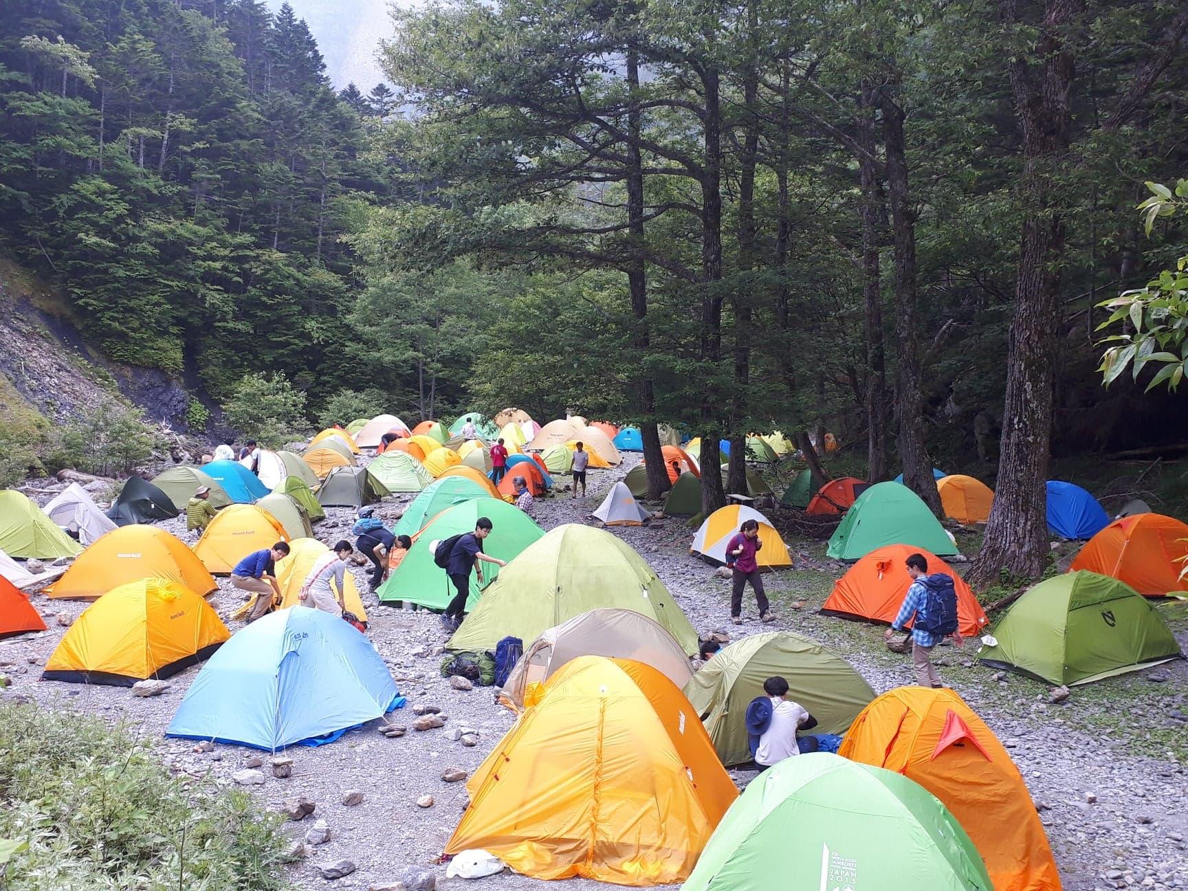 この日はテント場が賑やかであった