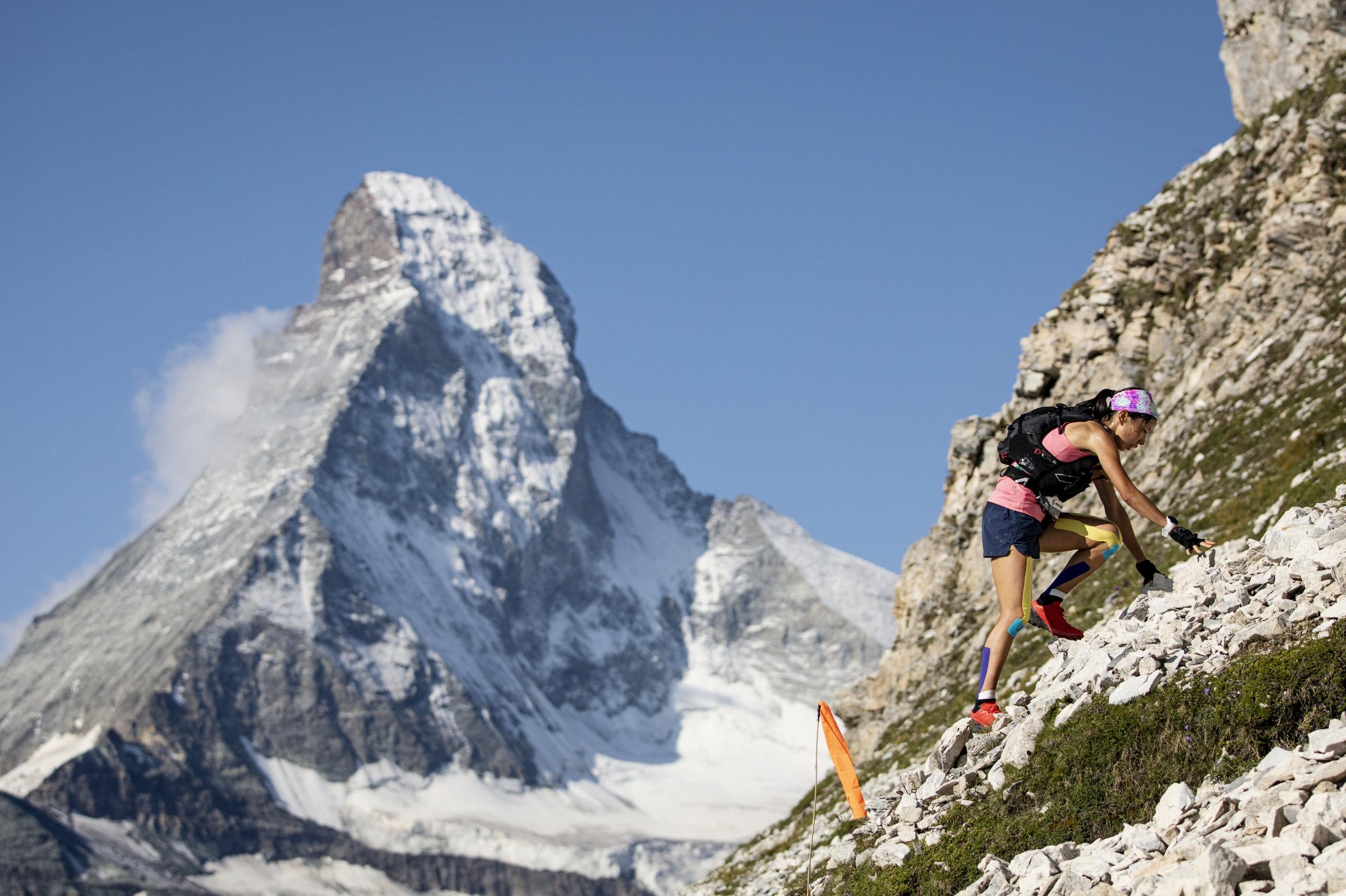 マッターホルンをバックに急峻な斜面を駆け登る高村 ©Sho Fujimaki