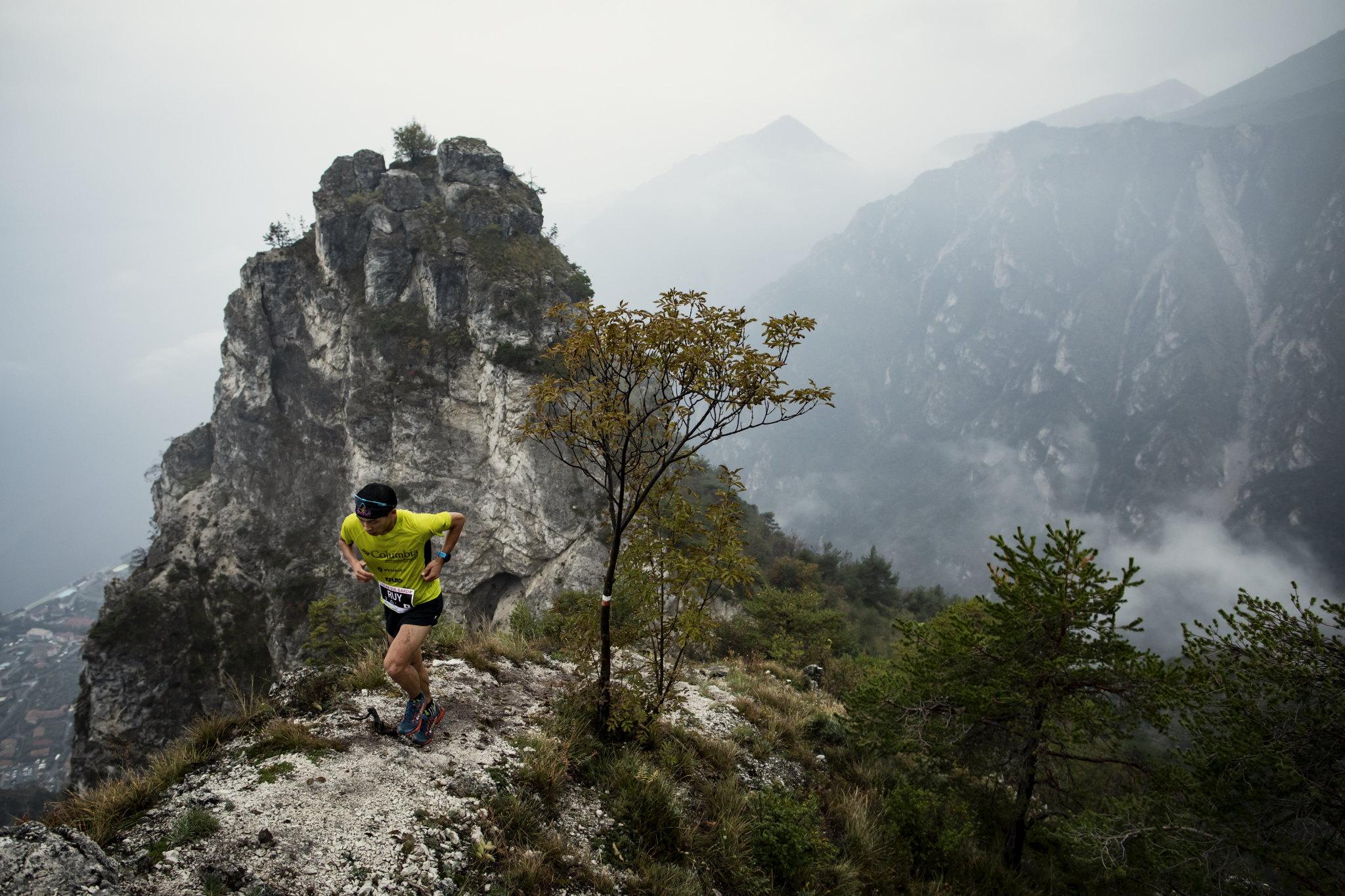 急傾斜のリモーネの斜面を駆け登る上田 ©Sho Fujimaki