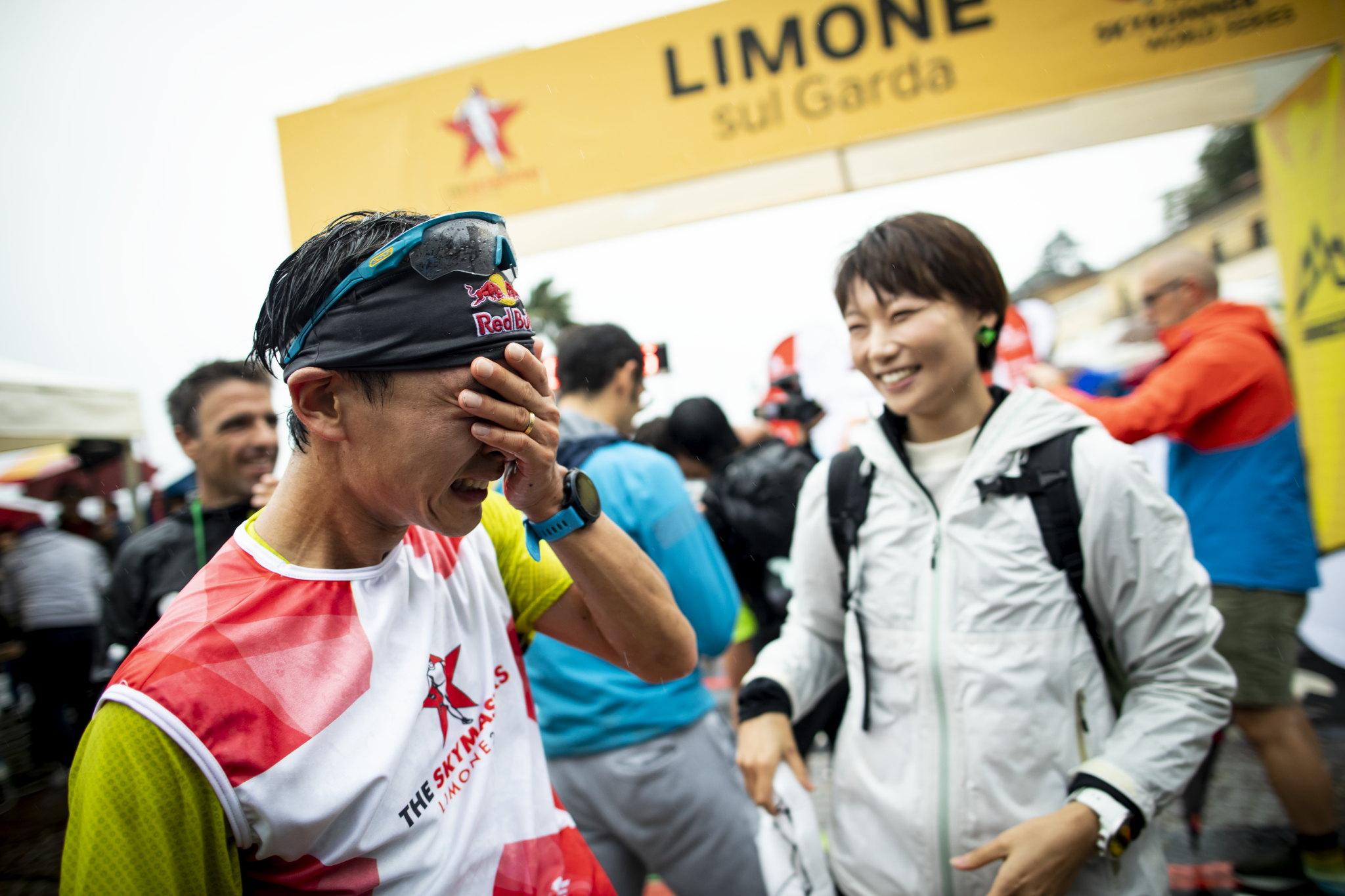 感激の男泣き(右の女性は御夫人) ©Sho Fujimaki