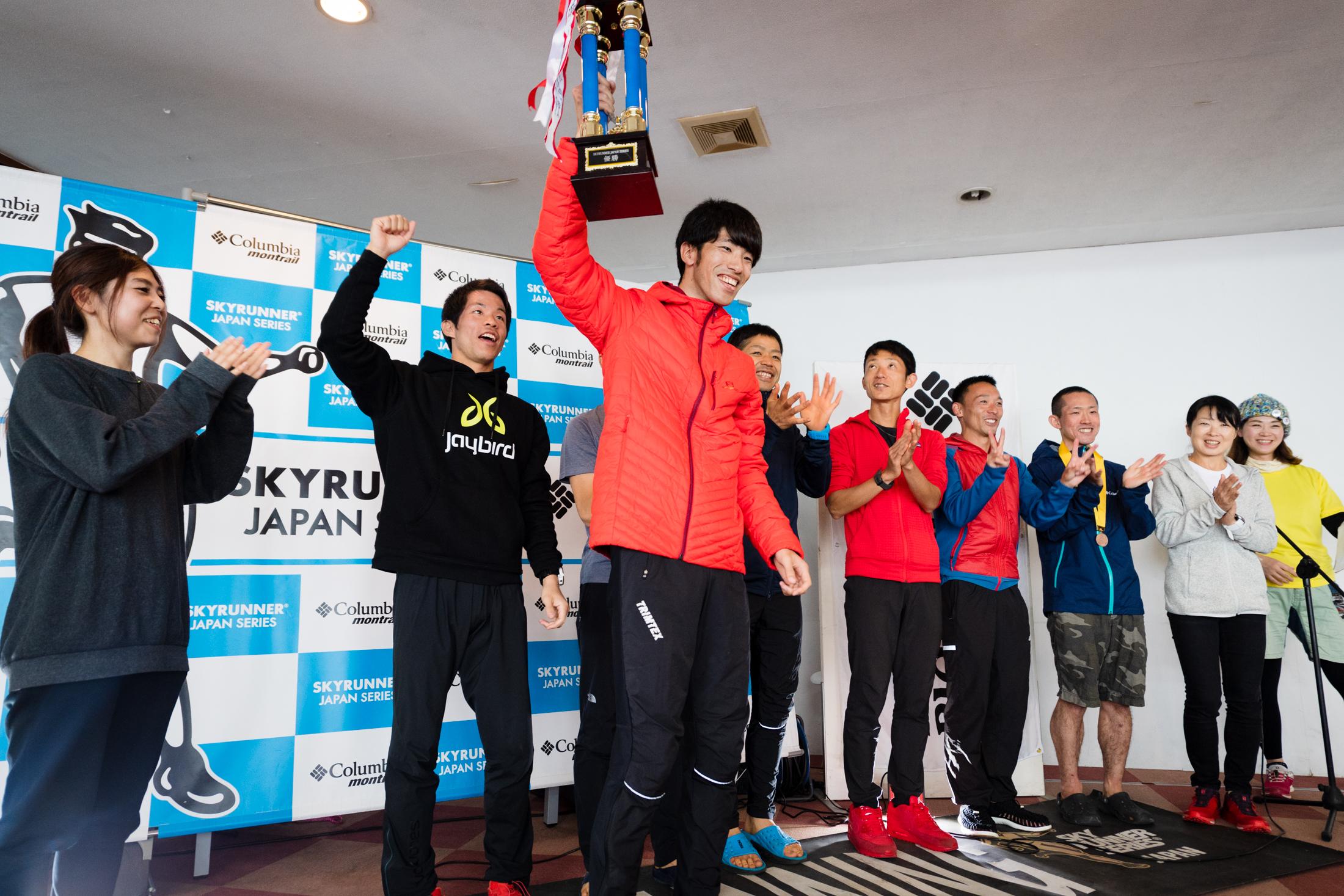 優勝トロフィーを高く掲げる富士空界(FUJI SKY)代表の涌嶋 ©びわ湖バレイスカイラン